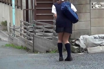 school-girl-about-to-pee